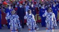 Kinija siunčia kosmonautus į naują stotį: palydėjo su komunistinėmis dainomis (nuotr. stop kadras)