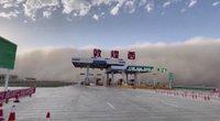 Kiniją sukaustė smėlio audra: žmonės strigo namuose (nuotr. stop kadras)
