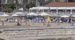 Ispanai imasi dar nematytų priemonių pažaboti koronavirusą: su dronu seka paplūdimio srautus