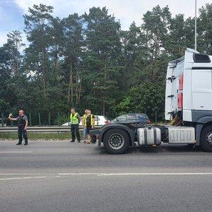 Itin judrioje Vilniaus gatvėje vilkikas partrenkė vyrą: susidarė milžiniškos spūstys