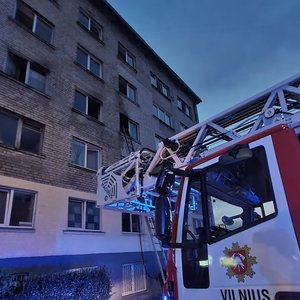 Gaisras Vilniuje: įtariama, kad jį sukėlė daugiabučio gyventoja, padegusi kaimynės duris