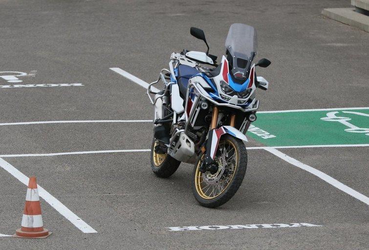 """Bandydamas motociklą klientas """"Hondos"""" atstovybėje apdaužė du visureigius (nuotr. Broniaus Jablonsko)"""