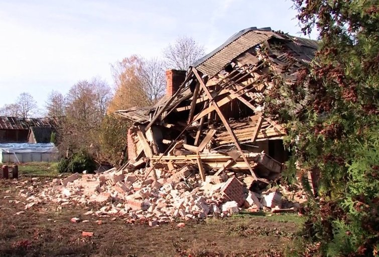 Žagarėje sprogo namas (nuotr. stop kadras)