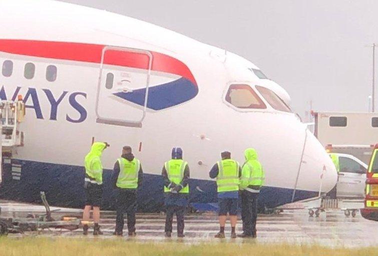 Nelaimė Anglijos oro uoste – lėktuvas priekiu rėžėsi į asfaltą  (nuotr. Twitter)