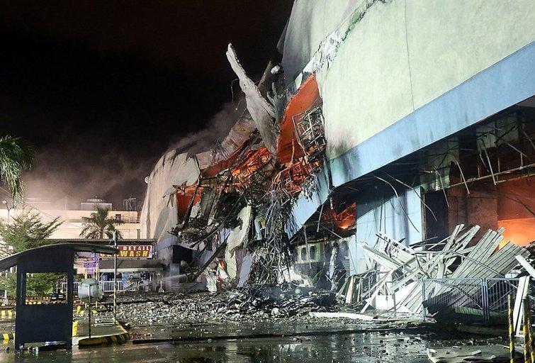 Filipinų ugniagesiai surado visų 37 per gaisrą prekybos centre žuvusių žmonių kūnus