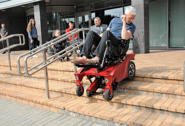 """Vežimėlis """"Caterwil GTS"""" leidžiasi ir kyla laiptais. Linos Jakubauskienės nuotr."""