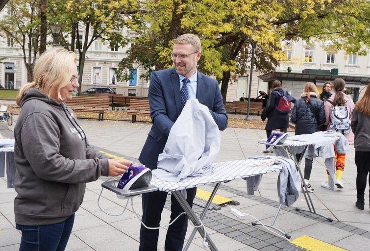 """Akcijoje """"Lygink rūbus, ne žmones"""" dalyvavo socialinės apsaugos ir darbo ministras Linas Kukuraitis.  Aldonos Milieškienės nuotr."""