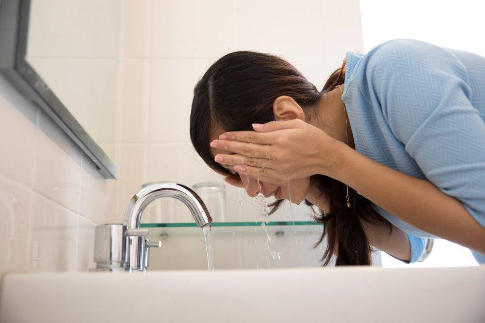 Nuplaukite veidą mineraliniu vandeniu