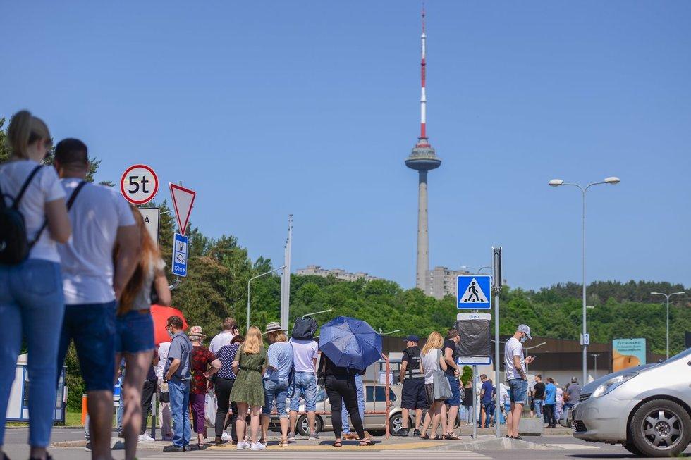 """Prie """"Litexpo"""" Vilniuje buvo nusidriekusi laukiančiųjų skiepų eilė"""