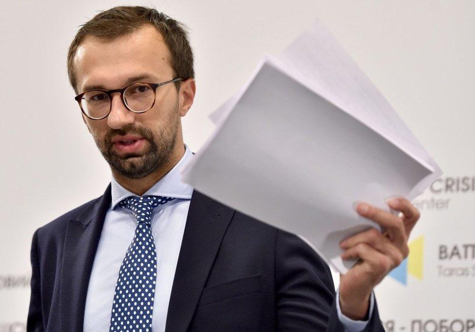 Teisininkas Serhijus Leščenko pristato skandalingą medžiagą (nuotr. SCANPIX)