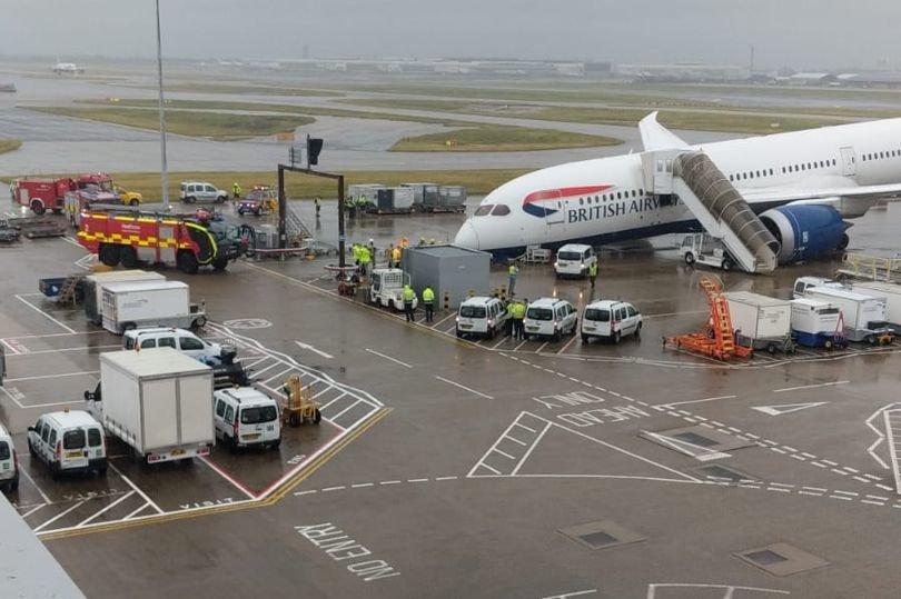 Nelaimė Anglijos oro uoste – lėktuvas priekiu rėžėsi į asfaltą