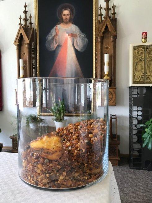 Su Nelly Paltinienės mikrofonu dainuojantis ir bažnyčią statantis kunigas svajoja apie gintarinį altorių
