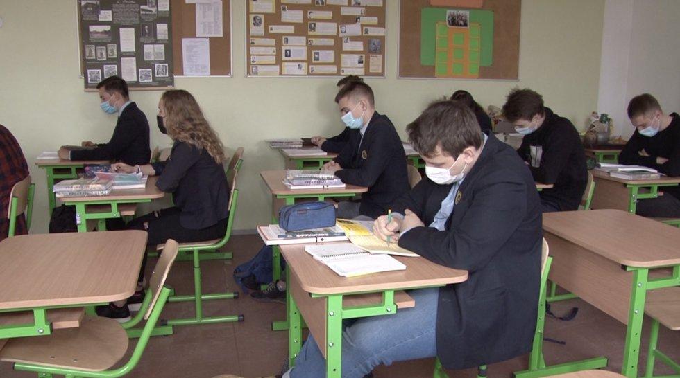Sugrįžimą abiturientai vertina skirtingai: nerimą kelia neskiepyti 5-11 klasių vaikai