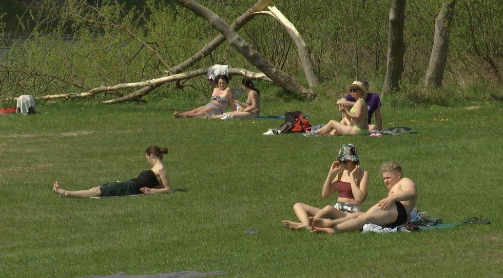 Vasariška šiluma sutraukė į paplūdimius saulės mėgėjus: medikų perspėjimai  – nė motais