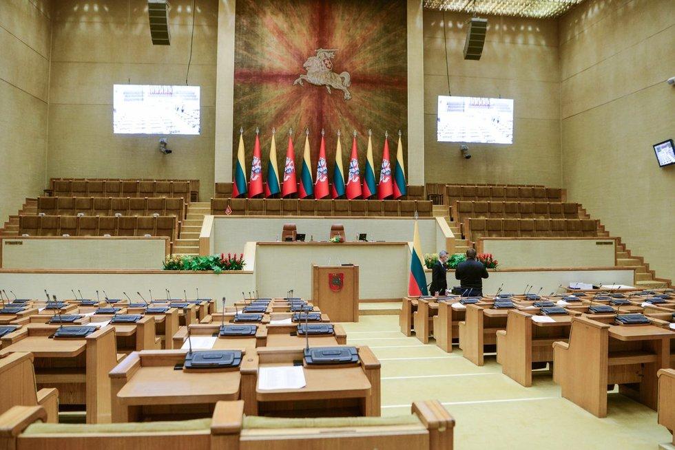 Prisiekia nauji Seimo nariai: dalis jų ceremonijoje nedalyvauja