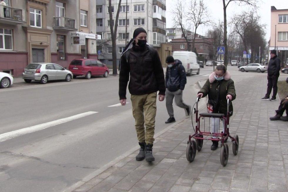 Nuo šiol negalią turintys žmonės galės turėti savo asmeninį asistentą (nuotr. stop kadras)