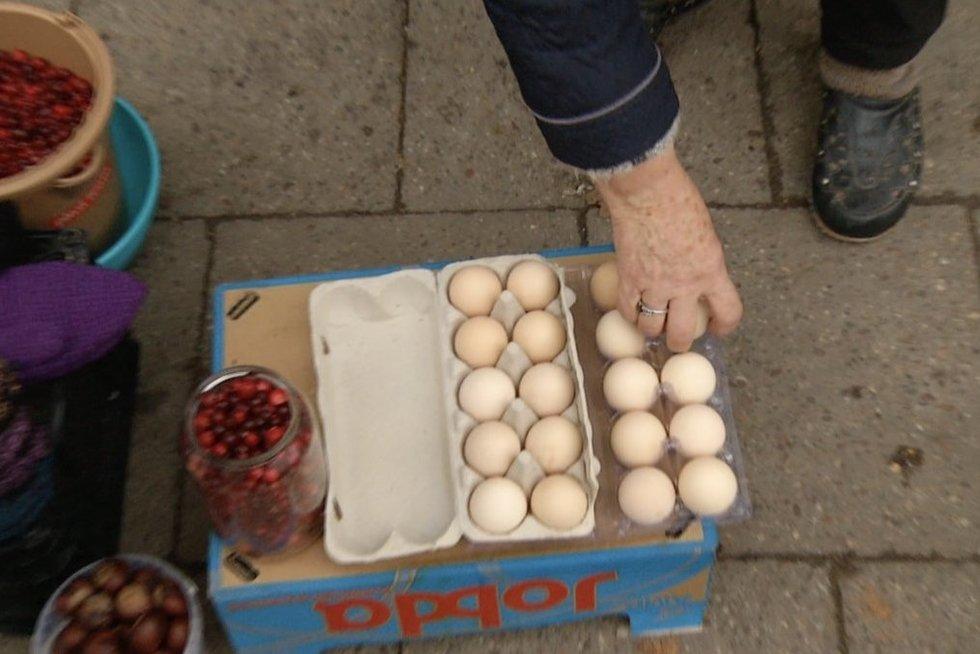 Įspėja perkančius kiaušinius iš močiučių turguje: įbruka senų ir netinkamų vartoti (nuotr. stop kadras)