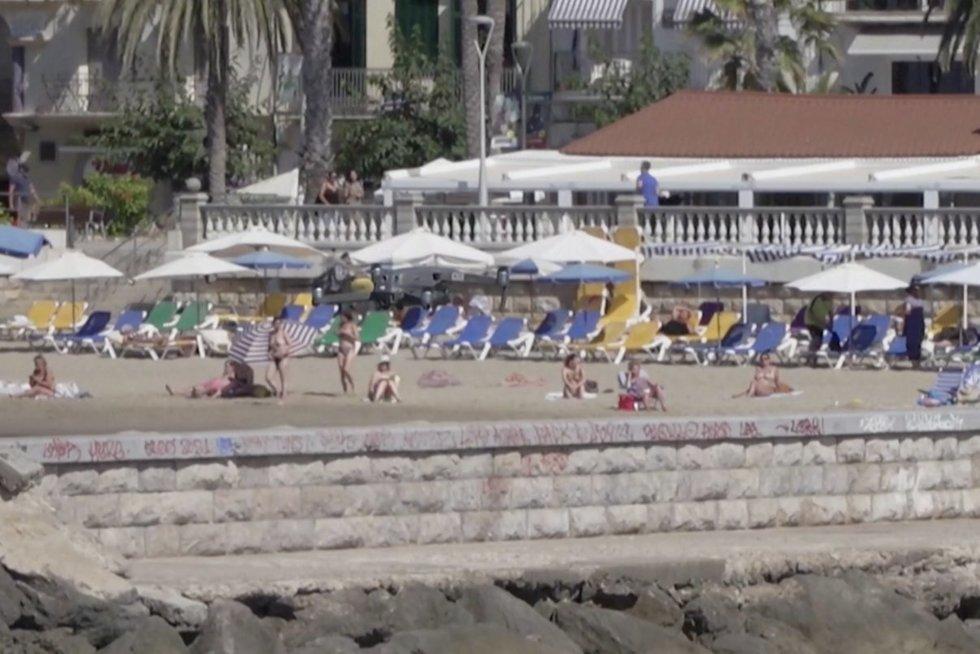 Ispanai imasi dar nematytų priemonių pažaboti koronavirusą: su dronu seka paplūdimio srautus (nuotr. stop kadras)