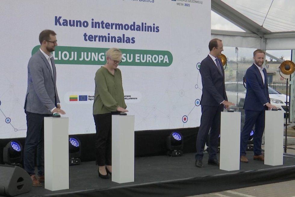 """Istorinė akimirka: """"Rail Baltica"""" trasa į Kauną atkeliavo pirmasis krovininis traukinys (nuotr. stop kadras)"""
