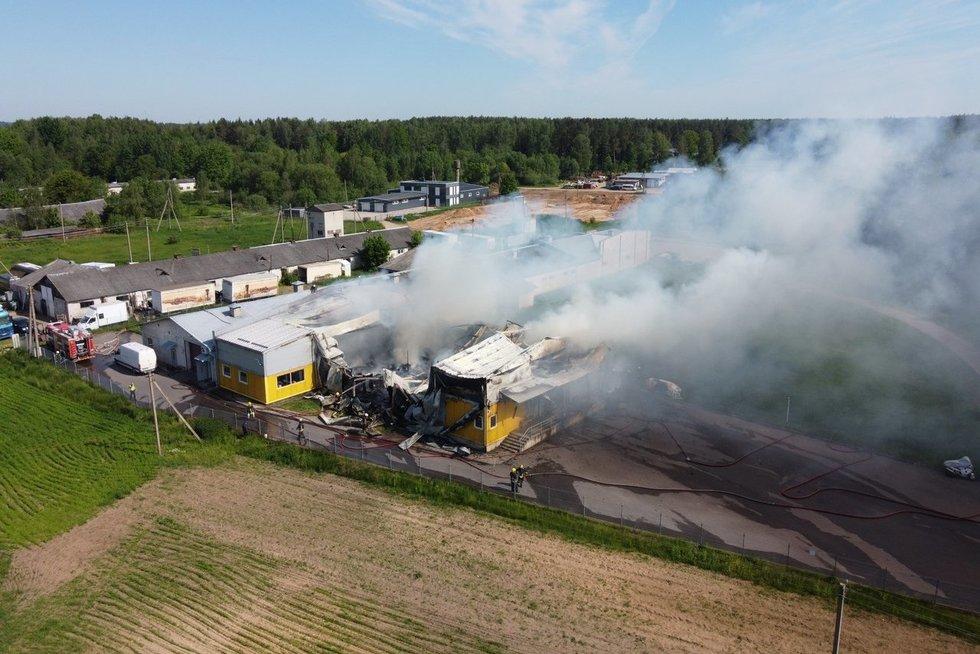 Vilniaus rajone užsiliepsnojo baldų furnitūros įmonė (nuotr. Bronius Jablonskas/TV3)
