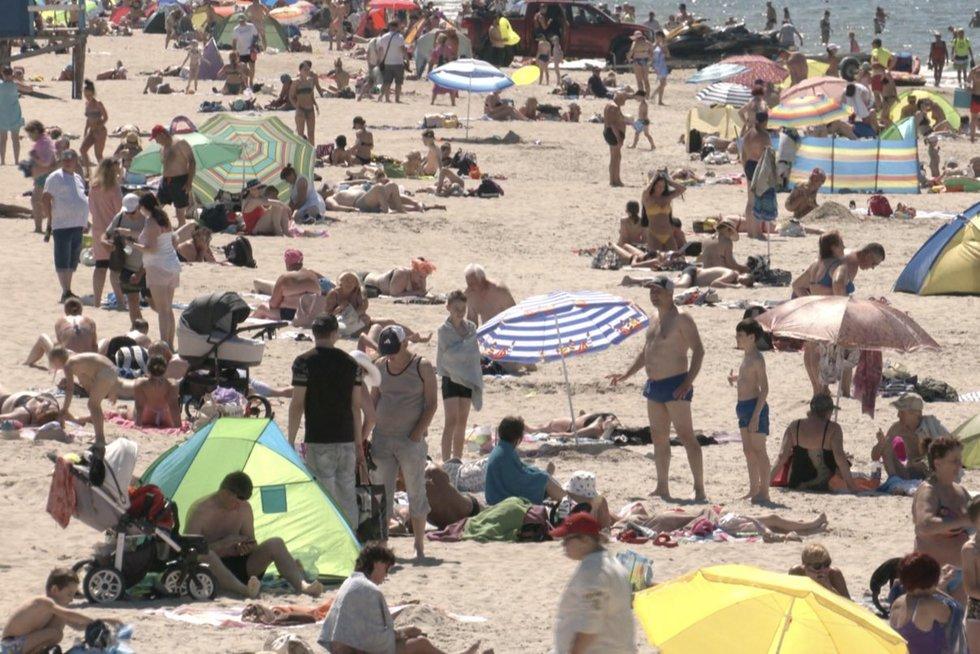 Gyventojai piktinasi idėja skiepyti arčiau paplūdimių: baiminasi, kad negalės ne tik maudytis, bet ir degintis (nuotr. stop kadras)