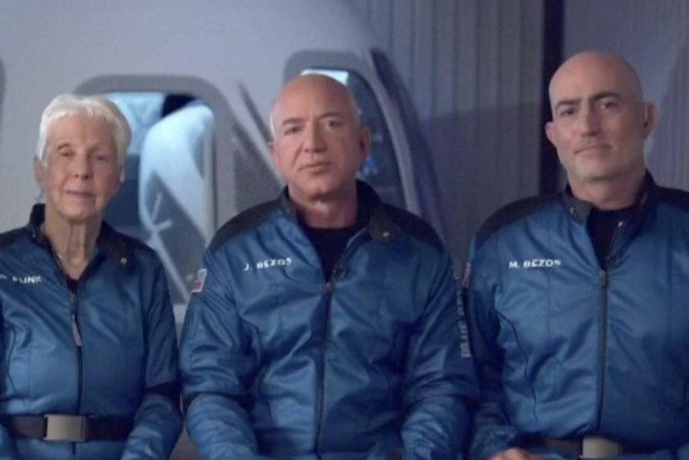 Bezosas pagaliau pakilo į kosmosą: į Žemę žvelgė iš daugiau nei 100 km aukščio (nuotr. stop kadras)