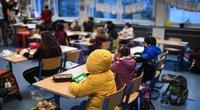 Kai kuriose Vokietijos mokyklose moksleiviai klasėse sėdėjo su striukėmis (nuotr. SCANPIX)