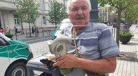 Išpuolis Lukiškių aikštės pliaže: vyras vaikščiojo su dujokauke ir šakėmis (nuotr. Bronius Jablonskas/TV3)