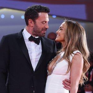 Jennifer Lopez ir Benas Affleckas patvirtino savo santykius: kartu žengė raudonu kilimu
