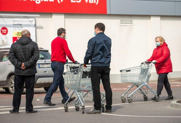 Parduotuvės pirkėjai (nuotr. Fotodiena/Justino Auškelio)
