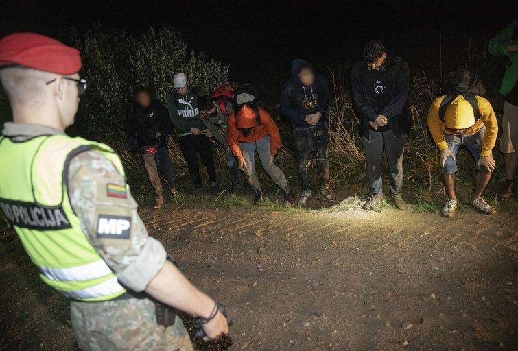 Migrantų sulaikymas pasienyje (Nuotr. aut. vyr. srž. sp. Ieva Budzeikaitė/ Lietuvos kariuomenė)