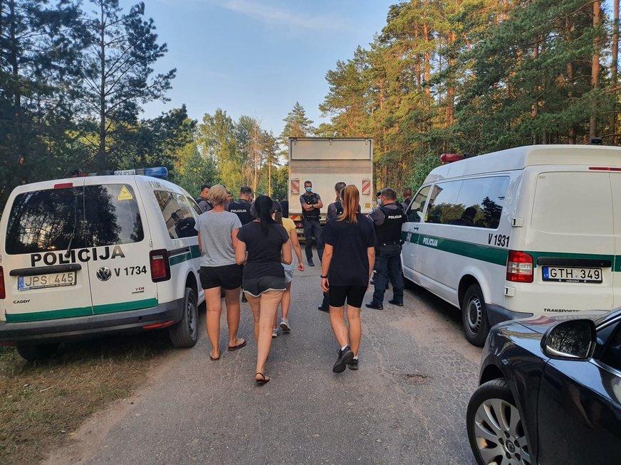 Pareigūnai jėga nustūmė žmones nuo kelio prie Rūdninkų poligono