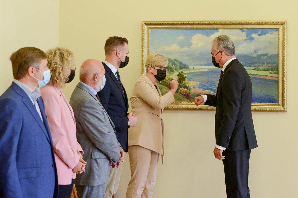 Prezidentas susitinka su parlamentinių partijų lyderiais ir Ministre Pirmininke Ingrida Šimonyte (nuotr. Roberto Dačkaus)