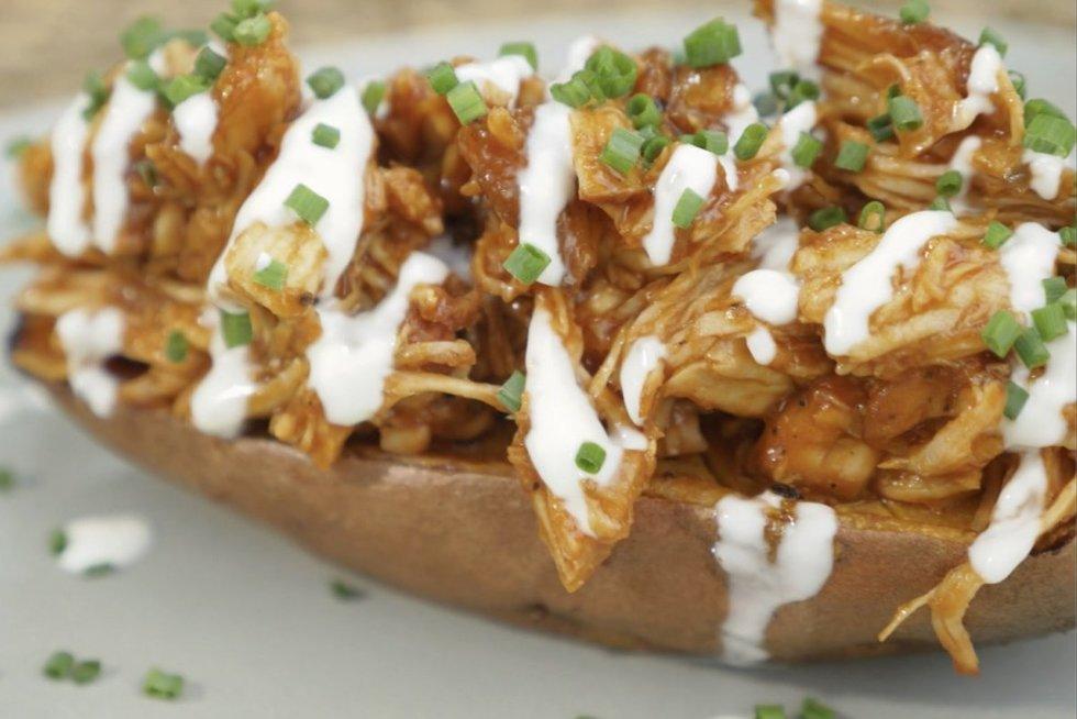 Saldi bulvė su plėšyta vištiena (nuotr. stop kadras)