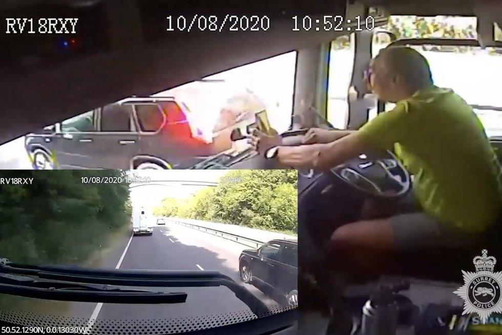 Telefono iš rankų negalėjęs paleisti vilkiko vairuotojas pasiųstas į kalėjimą –policija įspėja kitus (nuotr. stop kadras)