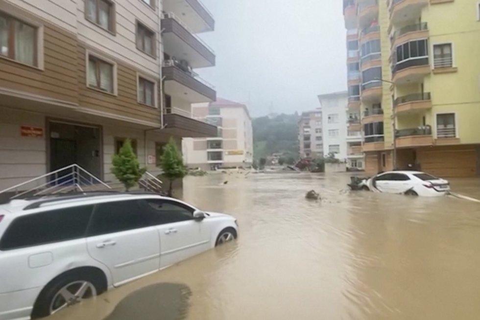 Potvyniai plauna Turkiją: purvo nuošliaužos tvindo gatves, griauna namus (nuotr. stop kadras)
