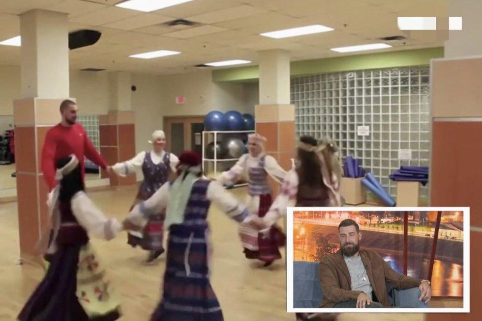 """Archyviniai vaizdai, kaip Jonas Valančiūnas moko kanadietes lietuviškų tautinių šokių: """"man tai jau nepatinka"""" (nuotr. stop kadras)"""