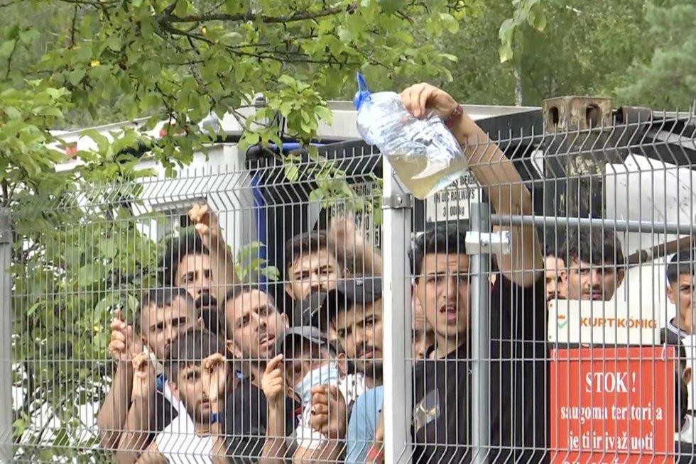 Migrantai Rūdininkuose nepatenkinti: per mažai lovų, neskani vištiena, nepatinka vanduo (nuotr. stop kadras)