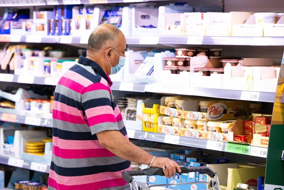 Parduotuvėježmonės pasakojo, kaip vertina privalomas veido kaukes. (nuotr. Fotodiena/Justino Auškelio)