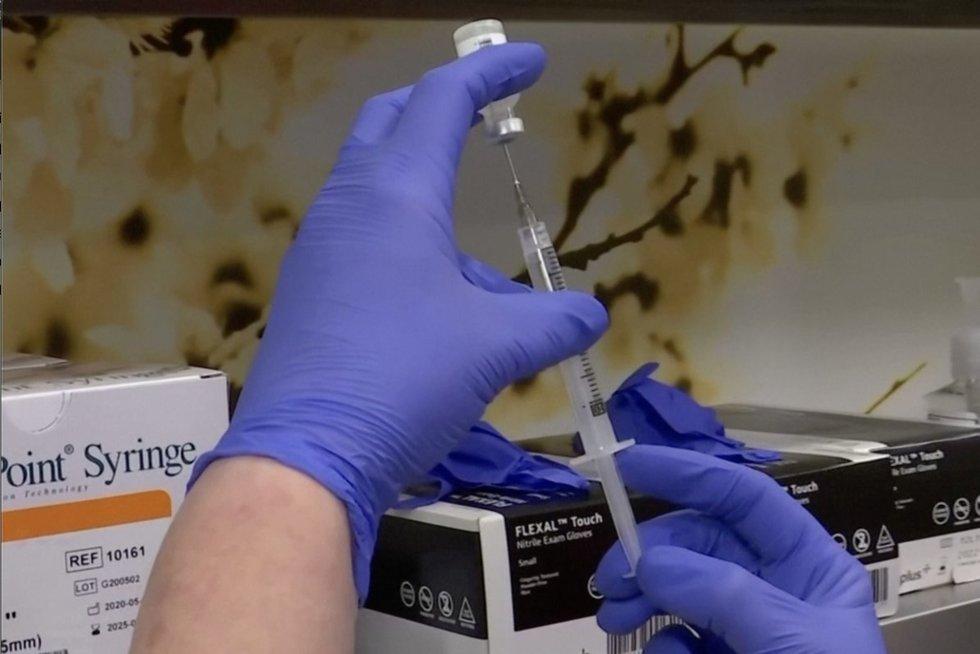 """""""Pfizer"""": trečia koronaviruso vakcinos dozė gali smarkiai padidinti atsparumą Deltos variantui (nuotr. stop kadras)"""