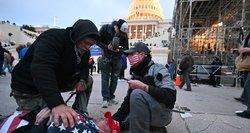 """Krauju pažymėta """"juoda diena Amerikos demokratijai"""": laukia nauji iššūkiai vienijant šalį"""