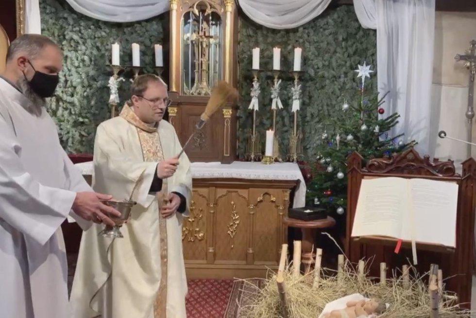 Trys Karaliai kitaip: dalijo kreidą ir per nuotolį šventino mirą, smilkalus ir auksą (nuotr. stop kadras)