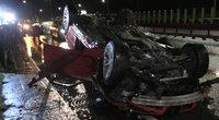 Vilniuje judrioje gatvėje apsivertė 18-mečio vairuojamas BMW: tarnyboms teko stabdyti eismą (nuotr. stop kadras)