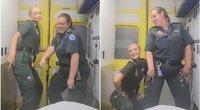Medikių pasidalintas vaizdo įrašas sukėlė pyktį: šoko greitosios medicinos pagalbos automobilyje (nuotr. stop kadras)