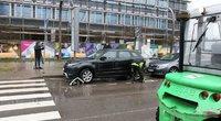 """Išvežami prie prekybos centro """"Ozas"""" draudžiamai palikti automobiliai (nuotr. Broniaus Jablonsko)"""