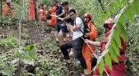 Kiniją plauna liūtys: ugniagesiai vaduoja namuose įkalintus gyventojus (nuotr. stop kadras)