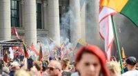 Prie Seimo vyksta mitingas prieš COVID-19 suvaldyti skirtus ribojimus (nuotr. K. Polubinska/ fotodiena.lt)