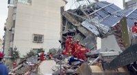 Sugriuvęs Kinijos viešbutis jau nusinešė mažiausiai aštuonias gyvybes  (nuotr. stop kadras)