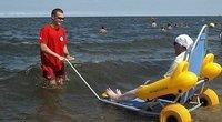 """Gdynės pliažuose dirbantys gelbėtojai turi specialių vežimėlių, kurie pritaikyti maudytis judėjimo negalią turintiems žmonėms. """"Polish memes"""" archyvo nuotr."""
