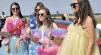 """TV3 grupės ekipažo """"Kažkas Tokyo"""" merginos nusiteikusios puikiai: laimėti netrukdys ir pūstos suknelės (nuotr. stop kadras)"""